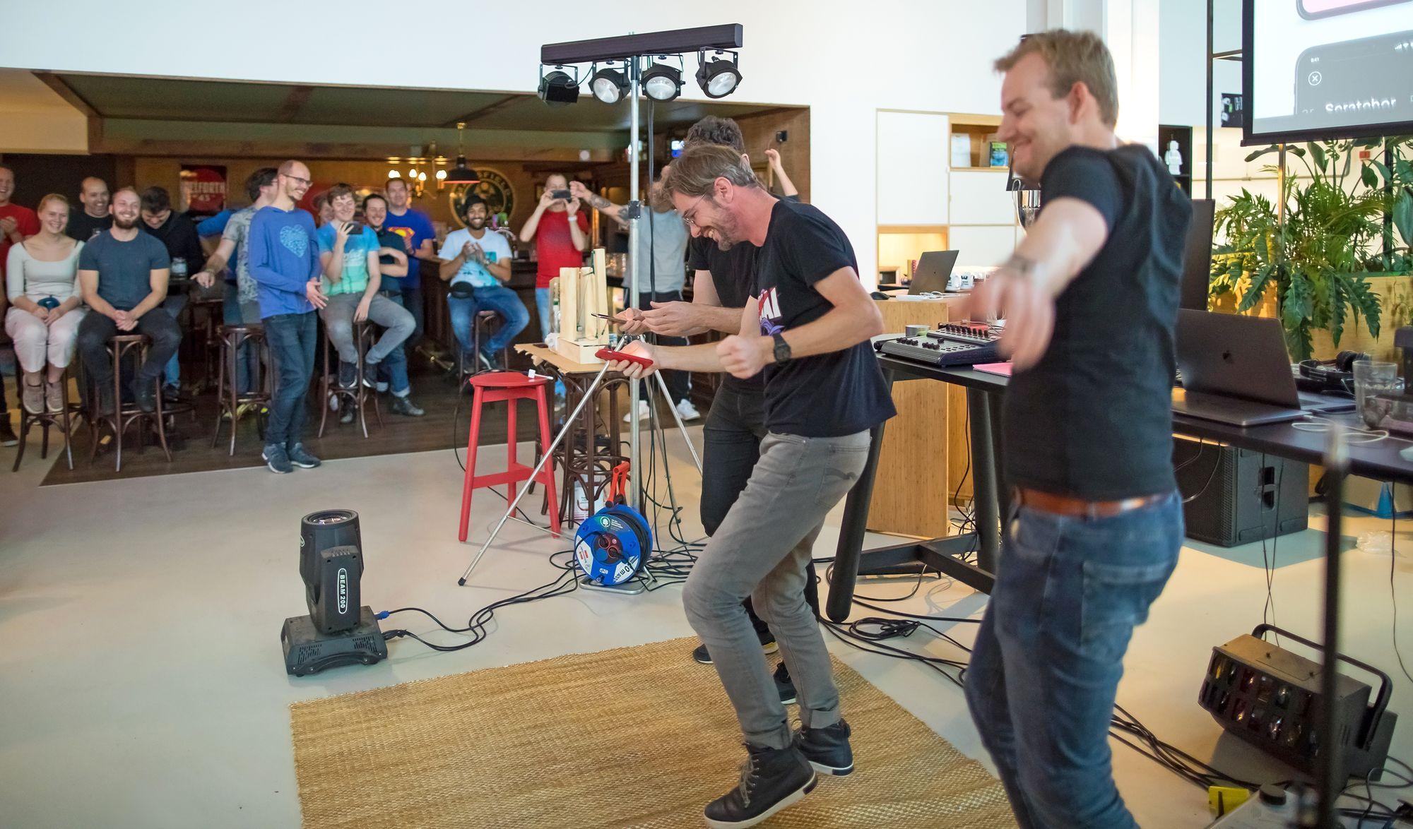 Dansende developers tijdens de demo's van een hackathon bij internetbureau Q42